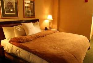 800px-Hotel-suite-bedroom